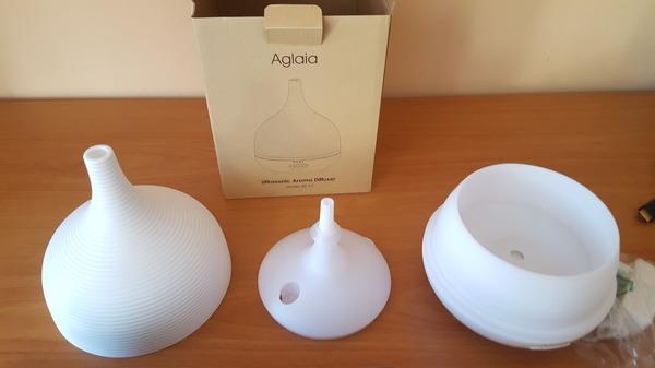 De izquierda a derecha, la tapa exterior, la tapa del depósito de agua y el resto del dispositivo