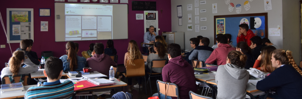 Viendo los trabajos de los alumnos del Colegio Americano de Tabasco